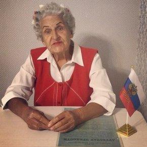 Бабушка-блогер поздравила школьников с окончанием учебного года