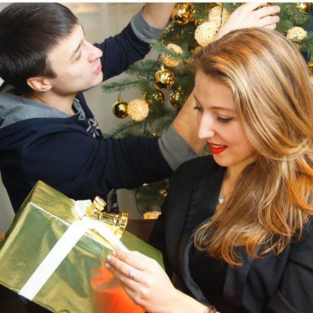 Таня вечно норовит распаковать подарки раньше времени)