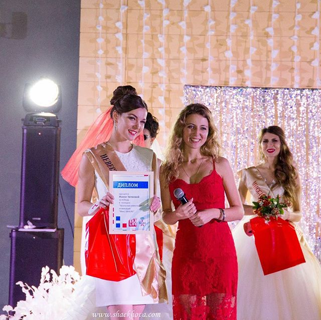 """Мы любим дарить подарочки)  Вручили номинацию и диплом очаровательной @zhanna__smile, участнице конкурса """"Невеста Урала""""."""