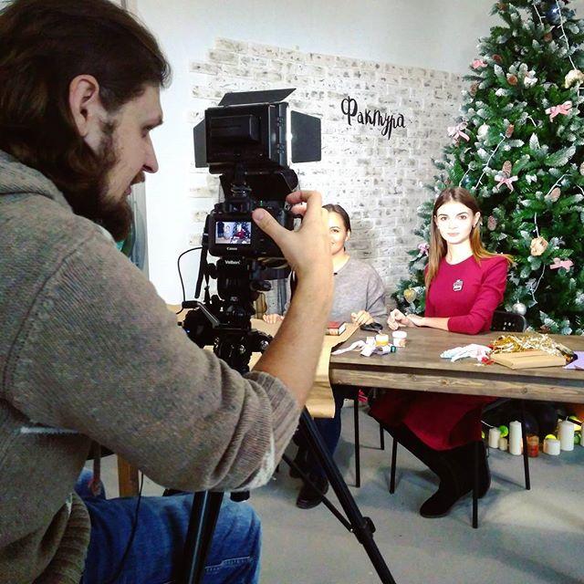 Как подготовиться к Новому году точно знает @lera.ozva  Ведь сегодня мы снимали мастер-класс по упаковке подарков в творческом пространстве ...