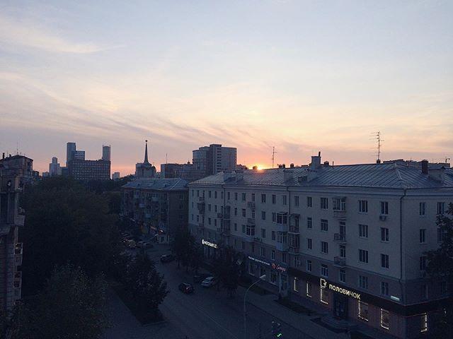 Вот такой вид открывается из нашей студии в Екатеринбурге ???????? ⠀ Радио Вышка поздравляет всех екатеринбуржцев с наступающим Днем города! ???????????? ⠀ Пусть этот ...